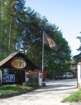 Noclegi hotel Olsztyn brama wjazd na parking przed obiektem