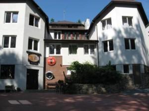 Noclegi Olsztyn Hotel SAK Fasada z parkingiem